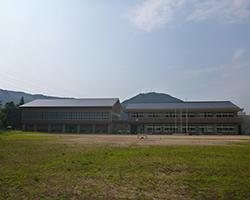 グランドからの学校全景(河内小)