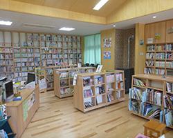 ペレットストーブがある図書室(河内小)