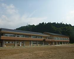 正面からの学校全景(河内小)