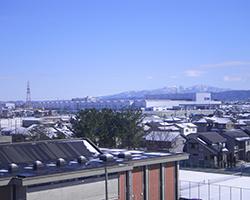 屋上から望む北陸新幹線白山総合車両所(松陽小)